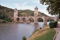 Cahors met fraaie 14e eeuw brug 'Pont Valentré' over de rivier de Lot