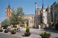 Astorga met links op de foto de kathedraal en rechts het door Gaudi ontworpen bisschoppelijk paleis (met ooievaarsnest)