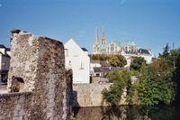 Boven op de heuvel de imposante kathedraal van Chartres