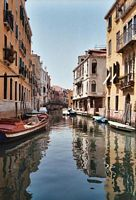 Eén van de ontelbare doorkijkjes in Venetië.