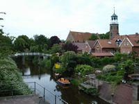 Ditzum met zijn schilderachtige haven, de Karktilke (houten brug), de nieuw gerestaureerde molen en de 8-hoekige kerk.