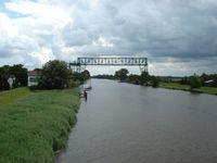 Honderd jaar oude 'Schwebef�hre' over de rivier de Oste bij Osten.