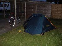 Camping Nordstrand: kampeerplek met priv� carport en picknicktafel.